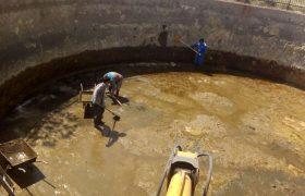 عملیات رسوب زدایی و پاکسازی مخزن آب فضای سبز شهرداری ایلخچی انجام شد